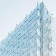 modernes gebäude mit glasfassade